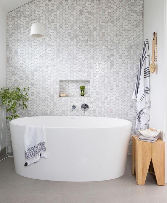 hexagon tegelwand badkamer